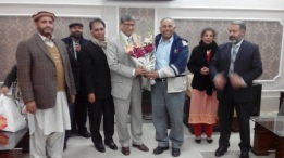 Dr. SAleem receiving flowers from AIOU Faculty